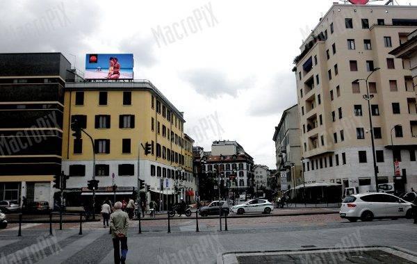 maxischermo pubblicitario tetto 25 aprile milano