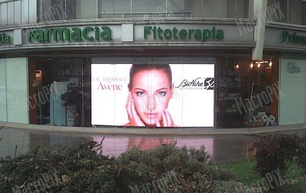 maxi schermo vetrina farmacia arcore