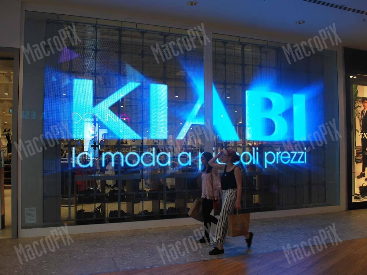 088a55e2647f Presso il punto vendita Kiabi nel centro commerciale di Arese un maxi  schermo a LED trasparente passo 10 mm installato in vetrina consente di  proiettare ...