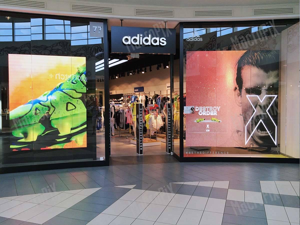 maxi screen vetrina Adidas