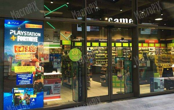 Game Stop - Schermo a led da vetrina all'interno di un centro commerciale