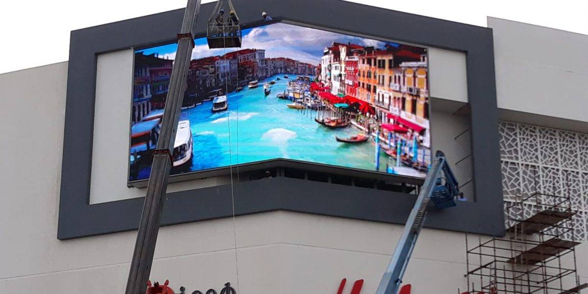 Led display angolare per centro commerciale