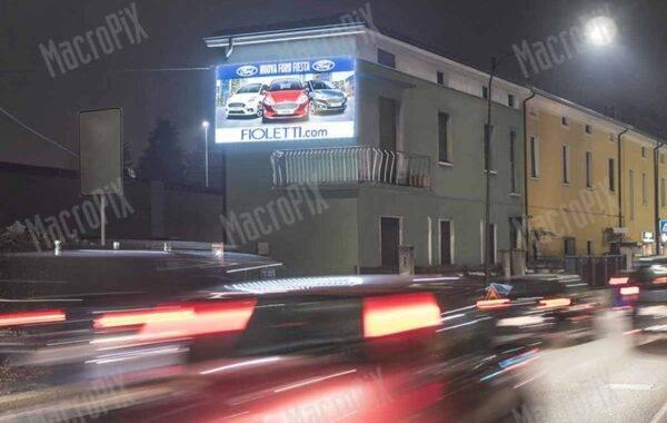 Schermo a led pubblicitario su parete - strada